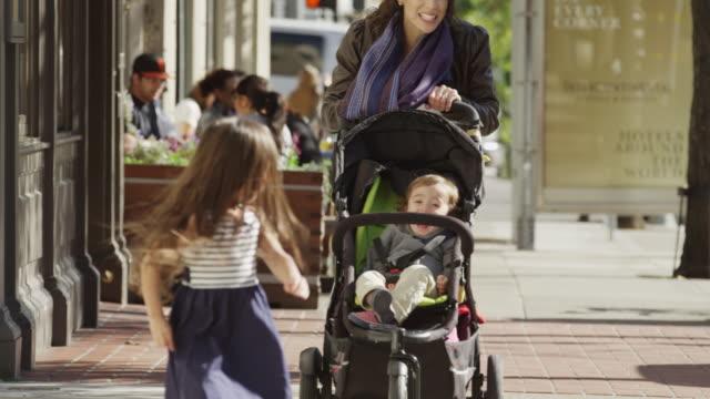vídeos y material grabado en eventos de stock de usa, california, san francisco, mother with two children (2-3, 4-5) walking - cochecito de bebé