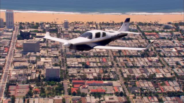 air to air, cu, usa, california, santa monica, lancair legacy flying over city - プロペラ機点の映像素材/bロール