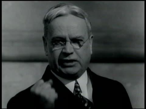 vidéos et rushes de california senator hiram johnson speaking gesturing w/ closed fist. anti-asian land law 1913 immigration act of 1924 anti-asian prejudice... - 1924
