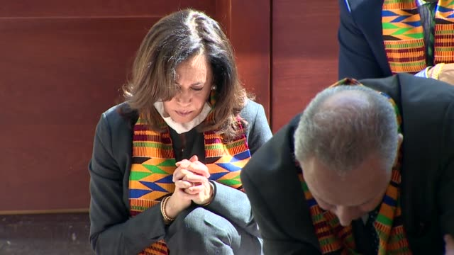 california senator kamala harris and others kneel for nearly nine minutes of silence to mark the death of minneapolis resident george floyd and... - ひざまずく点の映像素材/bロール