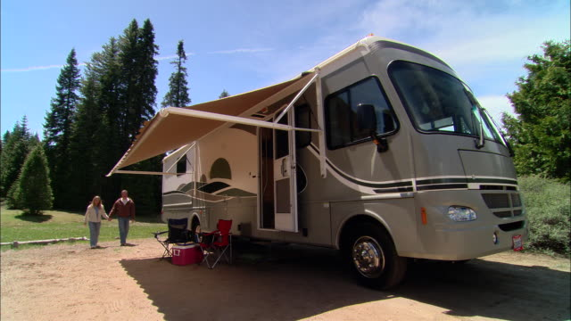 vídeos y material grabado en eventos de stock de ms, pan, usa, california, shaver lake, couple relaxing beside motor home with awning - silla plegable