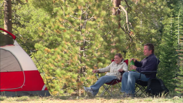 vídeos y material grabado en eventos de stock de ms, usa, california, shaver lake, couple relaxing in forest - silla plegable