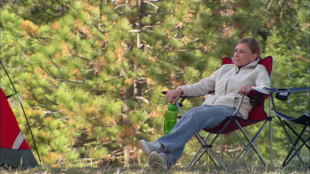 vídeos y material grabado en eventos de stock de ms, usa, california, shaver lake, woman relaxing in forest - recostarse