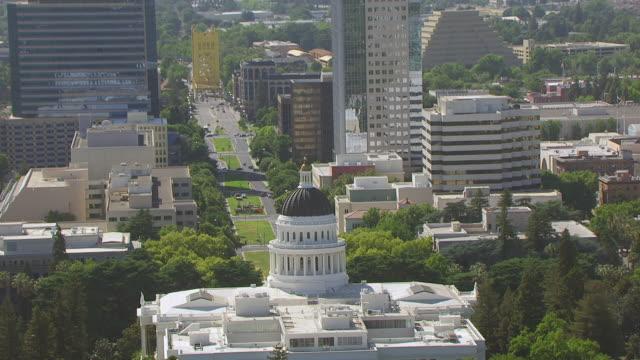 ws zo aerial pov california state capitol building at california - sacramento stock videos & royalty-free footage