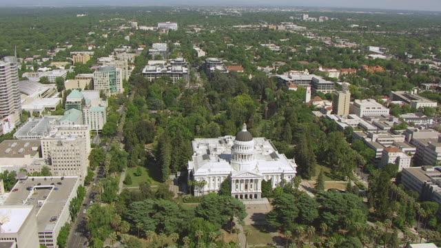 vidéos et rushes de ws aerial pov california state capitol building at sacramento, california - dôme