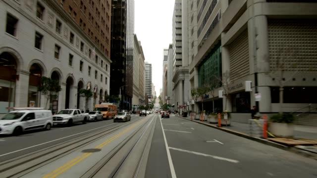 vídeos de stock, filmes e b-roll de sf california street ix série sincronizada vista dianteira que conduz a placa do processo - placa de processo