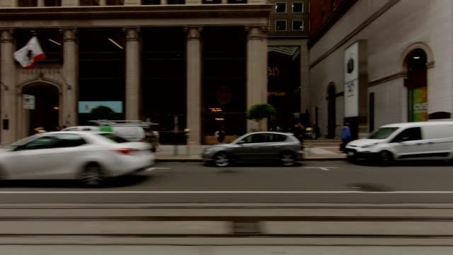 vídeos de stock, filmes e b-roll de sf california street ix série sincronizada vista esquerda condução placa de processo - placa de processo