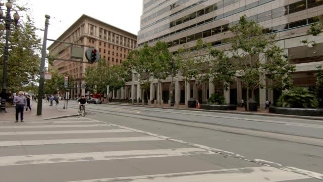 vídeos de stock, filmes e b-roll de sf california street viii série sincronizada vista direita placa de processo de condução - placa de processo