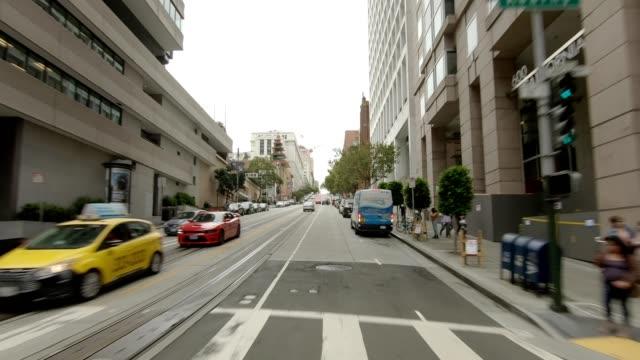 vídeos de stock, filmes e b-roll de sf california street x série sincronizada vista dianteira que conduz a placa do processo - placa de processo