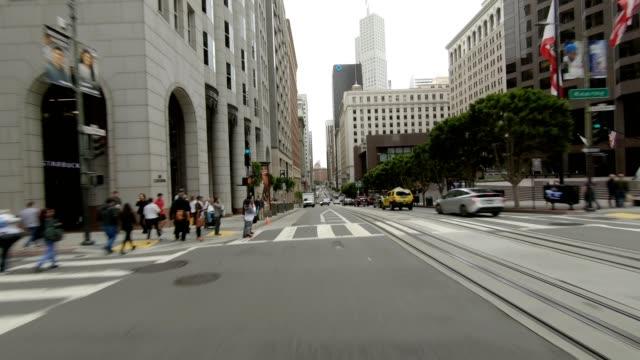 vídeos de stock, filmes e b-roll de sf california street x série sincronizada visão traseira condução placa de processo - placa de processo