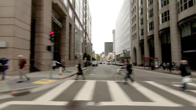 vídeos de stock, filmes e b-roll de sf california street x série sincronizada vista direita placa de processo de condução - placa de processo