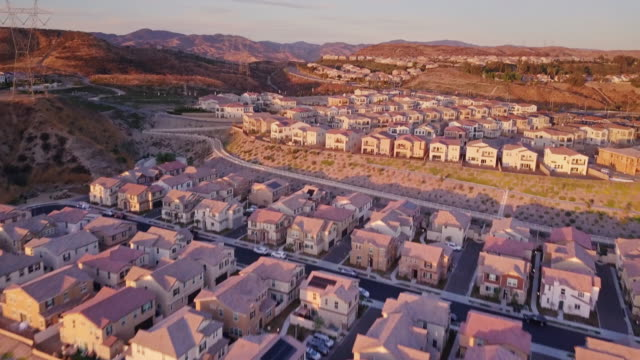 california suburbia at dusk - aerial view - santa clarita video stock e b–roll