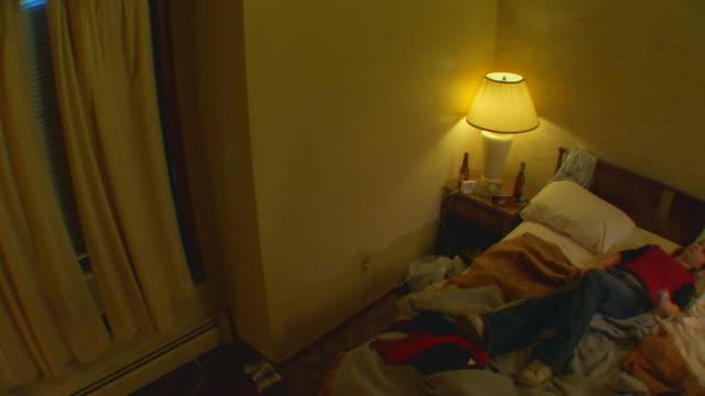 vídeos y material grabado en eventos de stock de california, yosemitegirl lying in bed - sólo una adolescente