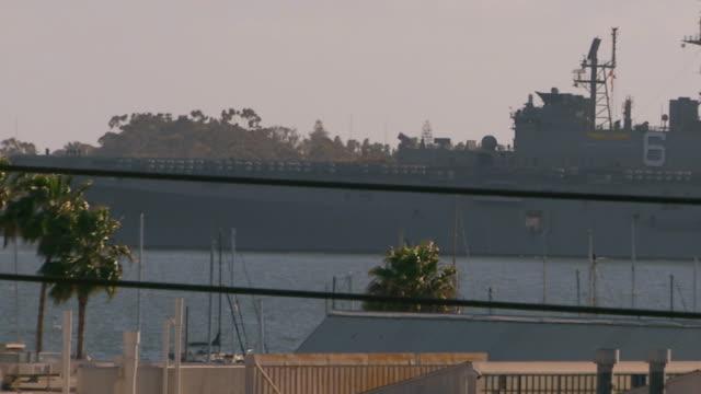 vídeos y material grabado en eventos de stock de californiamilitary vessel in a harbor - palmera abanico