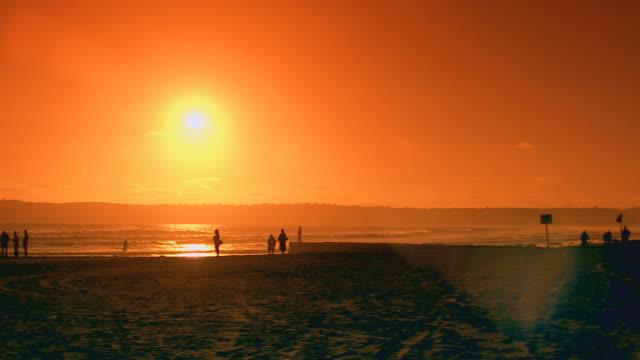 vídeos de stock e filmes b-roll de californiasunset/sunrise beach pan - pacífico norte