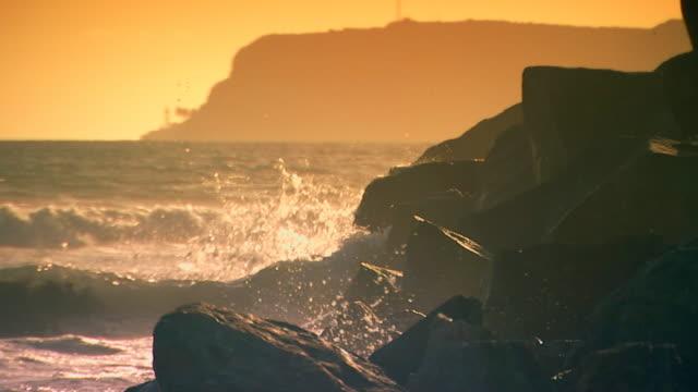 californiawaves crashing on the rocks - norra stilla havet bildbanksvideor och videomaterial från bakom kulisserna