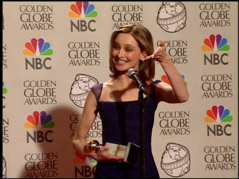 vídeos y material grabado en eventos de stock de calista flockhart at the 1998 golden globe awards at the beverly hilton in beverly hills california on january 18 1998 - calista flockhart
