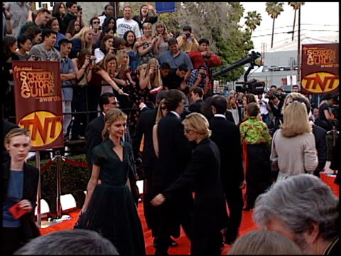 vídeos y material grabado en eventos de stock de calista flockhart at the 2000 screen actors guild sag awards arrivals at the shrine auditorium in los angeles california on march 12 2000 - calista flockhart