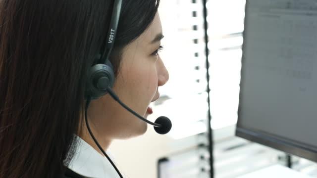 vídeos y material grabado en eventos de stock de llame al servicio de atención al cliente de headset - técnico telefónico