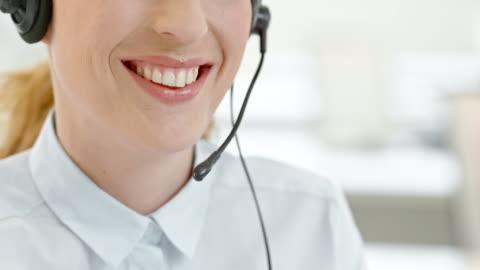vídeos y material grabado en eventos de stock de ld operador de centro de llamadas durante una llamada al cliente - centro de llamadas