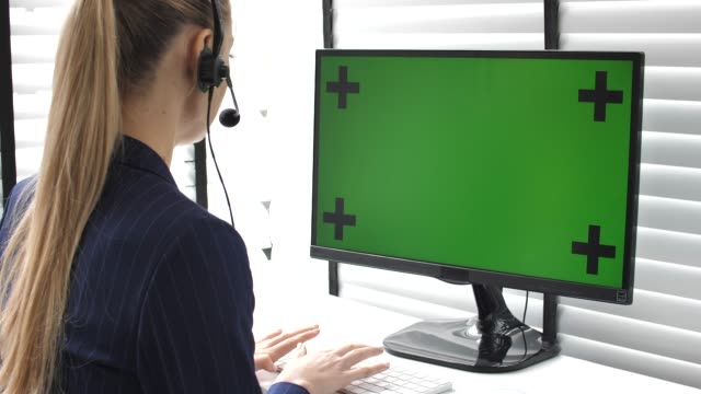 vídeos de stock e filmes b-roll de call center using computer with green screen in office - pessoas ao fundo