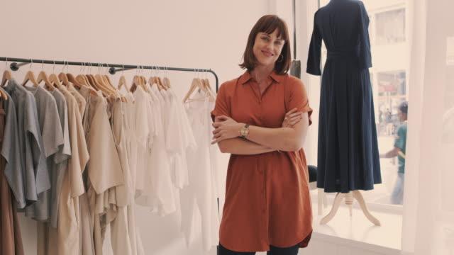 stockvideo's en b-roll-footage met noem me je vriendelijke buurt fashionista - kledingwinkel