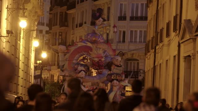 Calle concurrida en las Fallas de Valencia de noche