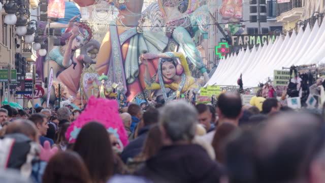 Calle concurrida en las Fallas de Valencia