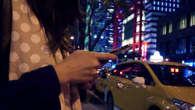 Appeler un taxi de la ville rue pendant la nuit