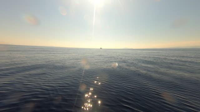 vídeos de stock, filmes e b-roll de águas azuis calmas das ilhas ionianas na grécia - vista do mar