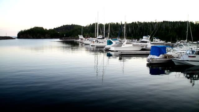 calma porto - lago superiore video stock e b–roll