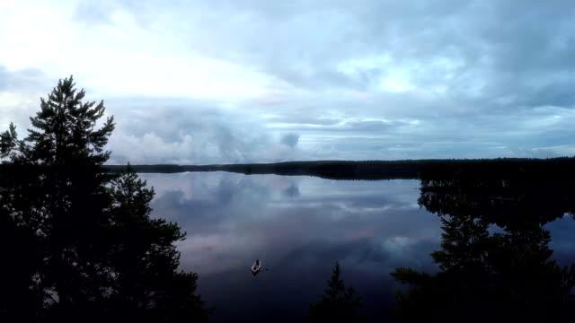 穏やかな湖畔 - ハイコントラスト点の映像素材/bロール