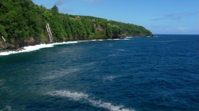 vídeos y material grabado en eventos de stock de calm ocean and rising cliffs - artbeats
