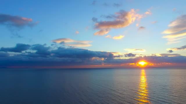 vidéos et rushes de la mer calme à l'aube, vidéo aérienne - horizon over water