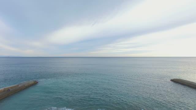 vídeos de stock, filmes e b-roll de calmo mar ao amanhecer - quebra mar
