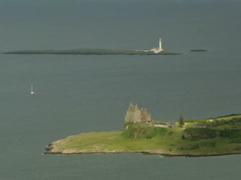 vidéos et rushes de calm sea, castle, lighthouse, tranquil, picture postcard - mull