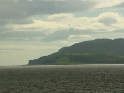 vidéos et rushes de calm sea, cliffs in background, calm sea, tranquil, natural, relaxing - mull