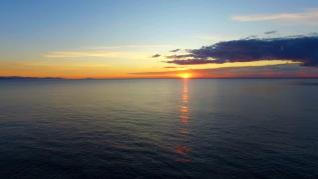 vídeos de stock e filmes b-roll de aerial: calm sea in early morning - horizonte