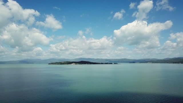 vídeos de stock, filmes e b-roll de calm water of lake - umbria