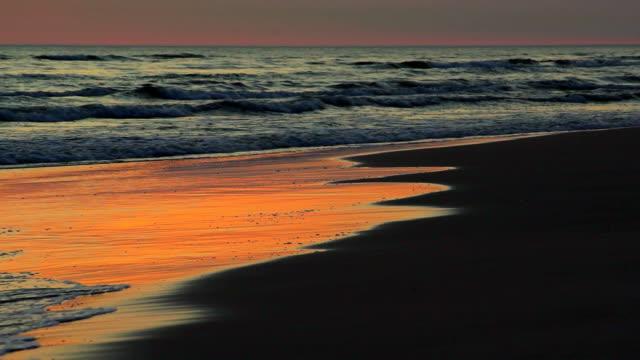 海の海岸に穏やかな波 - 泡立つ波点の映像素材/bロール