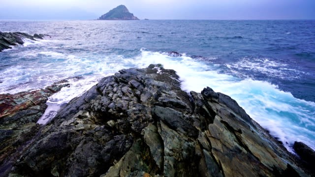 穏やかな波に岸岩「スプラッシュ」 - ロックストラータ点の映像素材/bロール