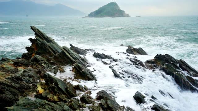 vídeos de stock, filmes e b-roll de calmo mergulho na costa rochosa ondas - pedra rocha