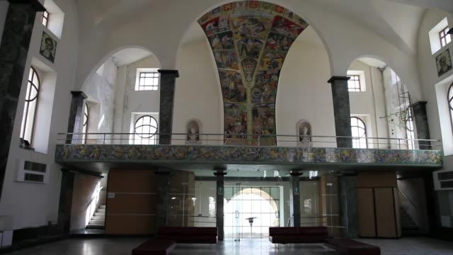 vídeos de stock e filmes b-roll de caltagirone, galleria luigi sturzo (palazzo senatorio), interior view of the ceramic panels - coluna arquitetónica