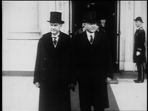 vídeos y material grabado en eventos de stock de calvin coolidge + herbert hoover in top hats exiting building + sit in car / newsreel - 1920 1929