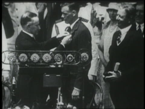 calvin coolidge pinning distinguished flying cross medal on charles lindbergh - 1927 bildbanksvideor och videomaterial från bakom kulisserna