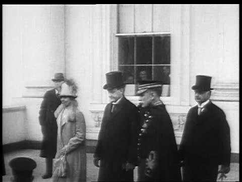 vídeos de stock e filmes b-roll de calvin grace coolidge walking to car from white house / educational - primeira dama