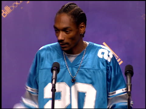 calvin snoop dogg broadus at the 1994 billboard music awards at universal amphitheatre in universal city california on december 7 1994 - 1994 bildbanksvideor och videomaterial från bakom kulisserna