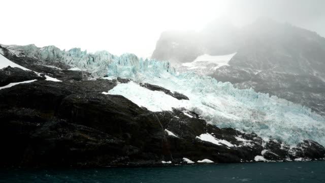 calving glacier, antarctic coast - antarctica melting stock videos & royalty-free footage