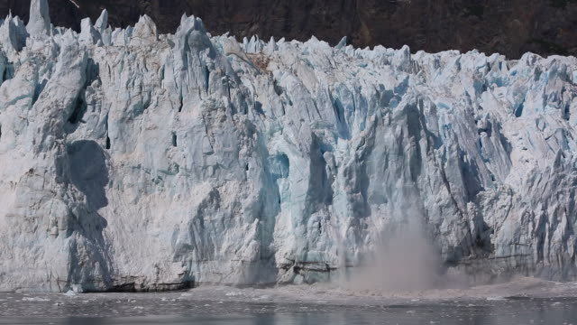 vídeos y material grabado en eventos de stock de glaciares calving y calentamiento global - colapsar