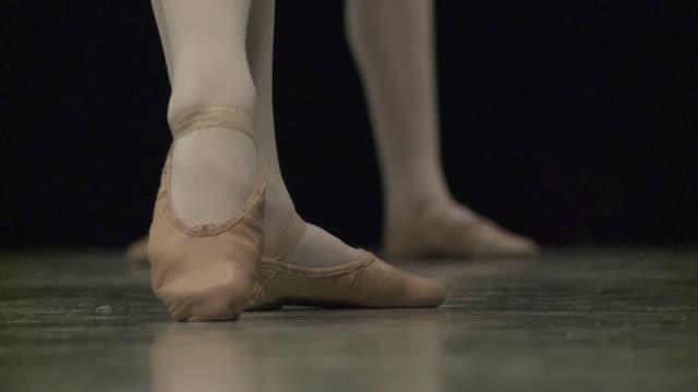 vídeos y material grabado en eventos de stock de calzados con zapatillas de punta los pequenos pies del opera de paris pulen el espectaculo que celebrara los 300 anos de la escuela a mediados de... - de puntas